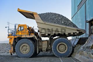 Grossmuldenkipper BELAZ-75131 beim Abladen von Kupfererz, Kupferbergwerk Erdenet Mining Corporation