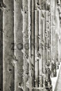 alte beschädigte Säulen aus Sandstein