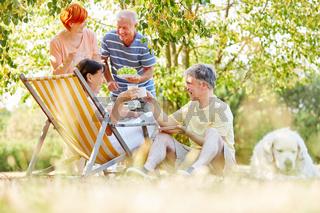 Senioren essen und trinken beim Picknick