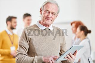Senior als Berater mit Tablet Computer