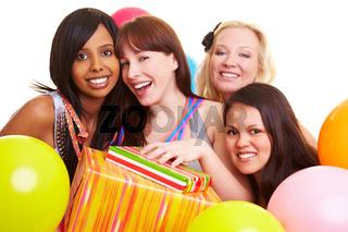 Vier Frauen feiern Geburtstag einer Freundin