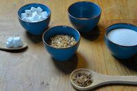 verschiedene Zucker auf einem Holztisch