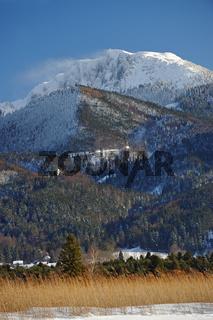 Winterliche Moorlandschaft mit Benediktenwand