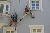 25/5000 Curious façade climber