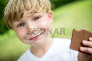 Junge beim essen von einem Keks