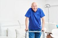 Senior in der Reha lernt Gehen mit Gehhilfe