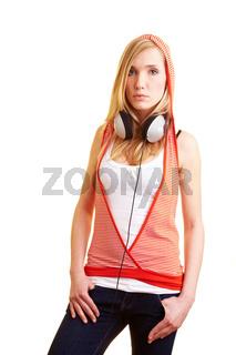 Frau mit Kopfhörern und Kapuze