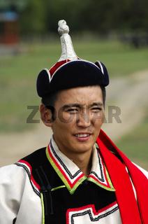 Mann in traditioneller mongolischer Kleidung