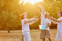 Senioren machen gemeinsam Seifenblasen