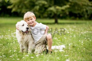 Glücklicher Junge zusammen mit Hund