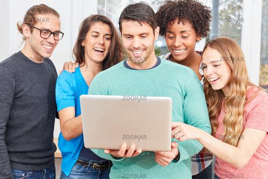 Start-Up Team freut sich über Erfolg in den Social Media