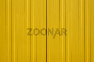 Leuchtend gelbe Blechfassade