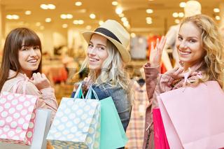 Drei Frauen haben Spaß beim Shopping