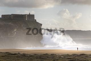 Grosse Wellen in Nazare, Portugal, Europa