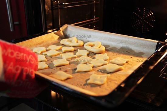 Kekse reinschieben in Backofen