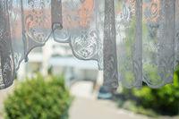 Weiße Gardine und Blick aus dem Fenster