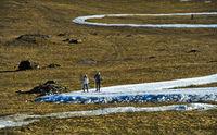 Skilangläufer trainieren auf Schlaufen improvisierter Loipen aus Kunstschnee im Gras