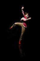 Junge Tanzt und schreit wd681