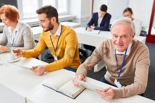 Älterer Geschäftsmann in Computer Schulung