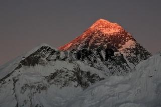 Last sunlight of the day illuminate mount Everes