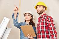 Architektin mit Checkliste gibt Anweisung