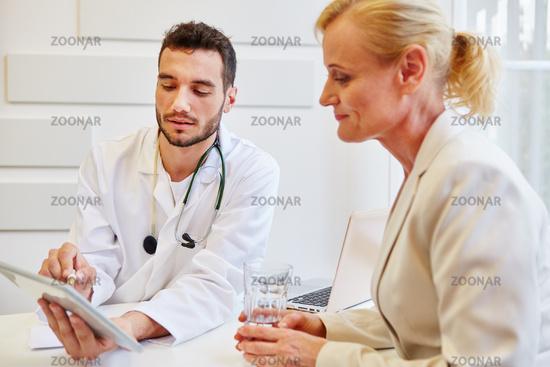 Doktor macht eine kompetente Beratung