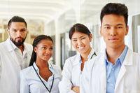 Ärzte im multikulturellen Klinik  Team