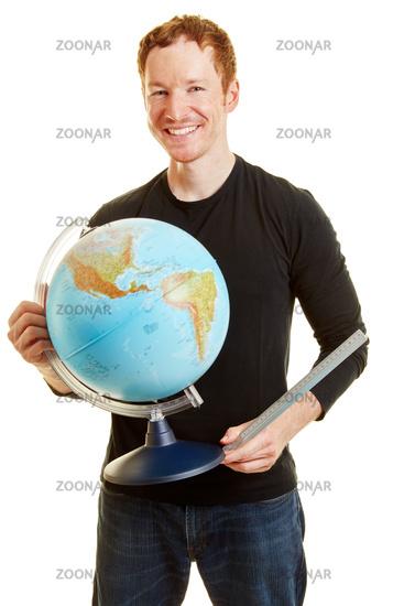 Mann mit Globus als Lehrer für Erdkunde