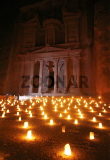 Die Bab as Siq Schlucht by Night zwischen der Bab as Siq Straase und dem Schatzhaus in der Historischen Felsstadt Petra im Sueden von Jordanien