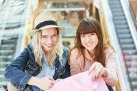Zwei weibliche Teenager im Einkaufszentrum
