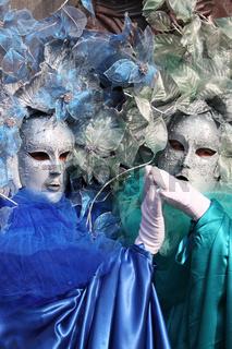 2 silberne Masken hochkant