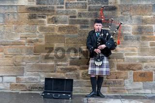 Man playing bagpipes in Edinburgh