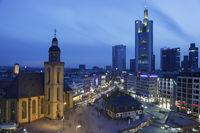 Skyline von Frankfurt bei Nacht mit bewegter Kamer