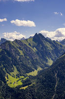 Blick vom Himmelschrofen ins Dietersbachtal mit Gerstruben, dahinter die Höfats 2259m, Allgäuer Alpen, Allgäu, Bayern, Deutschland, Europa