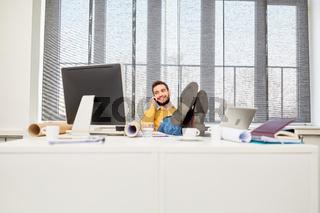 Mann blickt entspannt auf seinen Computer