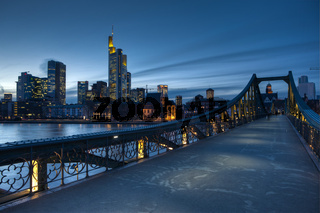 Blick vom Eisernen Steg auf die Skyline von Frankfurt