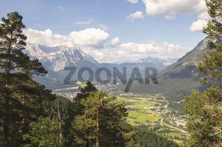 Garmisch-Partenkirchen - Bergwelt und ländliche Idylle in den bayrischen Alpen.