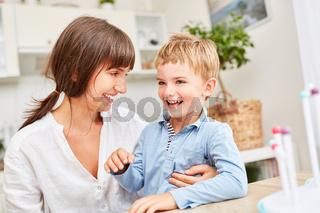 Glückliche Mutter blickt ihren Sohn an