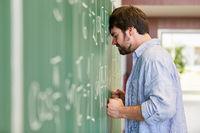 Student ärgert sich in einer schwierigen Prüfung