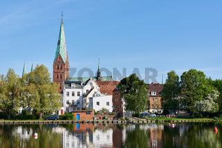 Aegidienkirche mit Krähenteich, Lübeck, Deutschland