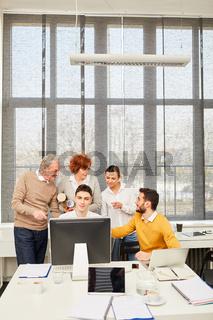 Geschäftsleute im E-Learning Workshop