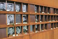 Bilderwand mit Fotos von Maueropfern an der Gedenkstaette Berliner Mauer in der Bernauer Strasse, Berlin, Deutschland |Wall with photos of victims at the Berlin Wall Memorial in the Bernauer Strasse, Berlin, Germany