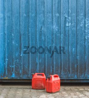 Benzinkanister vor Containerwand