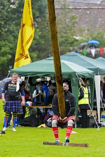 Wettkampf im Baumstammwerfen, Ceres Highland Games, Ceres, Schottland, Grossbritannien