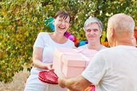 Seniorin freut sich über Geschenk