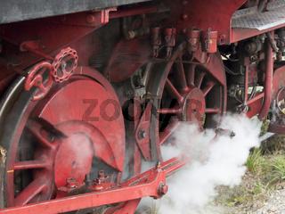 Dampf ablassende alte Dampflok