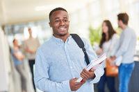 Afrikanischer Student mit Unterlagen