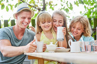Mädchen macht Unfug am Kaffeetisch