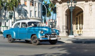 Amerikanischer blauer Oldtimer mit weissem Dach auf der Strasse in Havana City Cuba