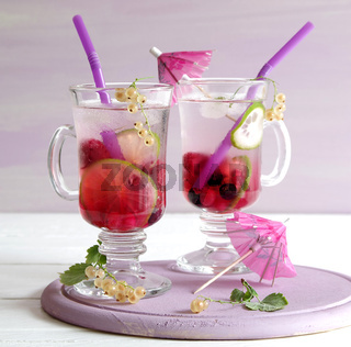 eisgekühlte Lemonade mit gemischten Beeren und Limette